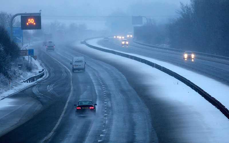 Brittiska trafikanter varnas för att ge sig ut på vägarna. Mängder med bilister sitter fast i ovädret.