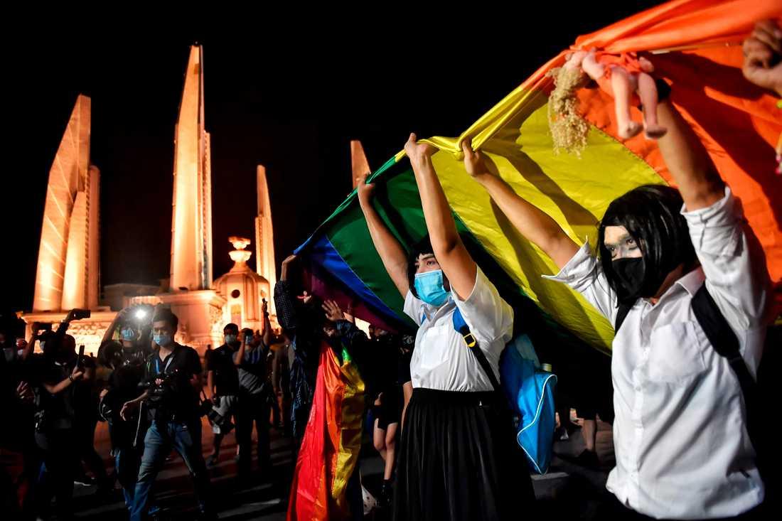 Unga demonstrerar mot regimen i Bangkok.