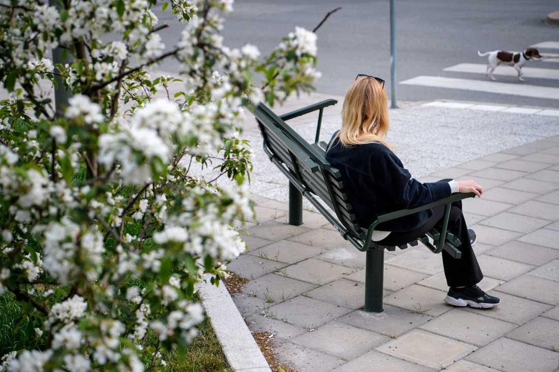 Susanna Lindqvist känner att hon och andra som varit långtidssjuka med misstänkt covid-19 kommit i kläm när allt fokus har hamnat på de allvarligast sjuka. Även om hon förstår att det är naturligt skulle hon önska att också hennes grupp skulle bli testad.