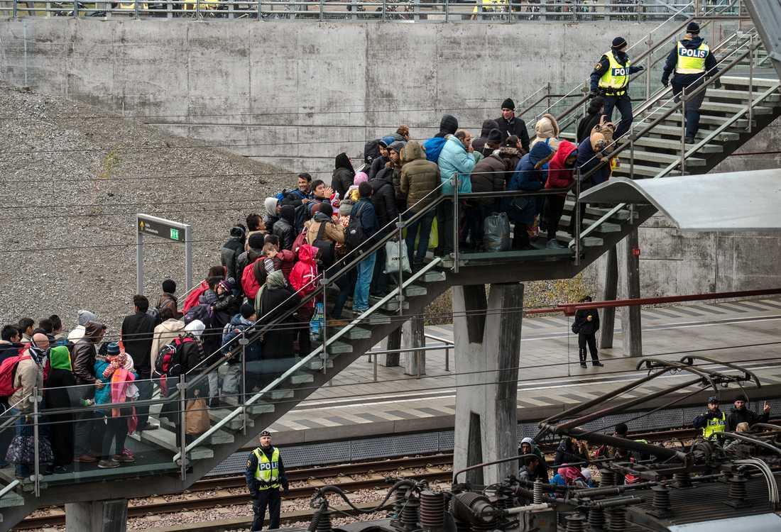 Malmö, den 19 november 2015. Polis övervakar kön av ankommande flyktingar i snålblåsten. Samma dag slog Migrationsverket larm om att alla asylsökande inte längre kunde erbjudas boende. Arkivbild.