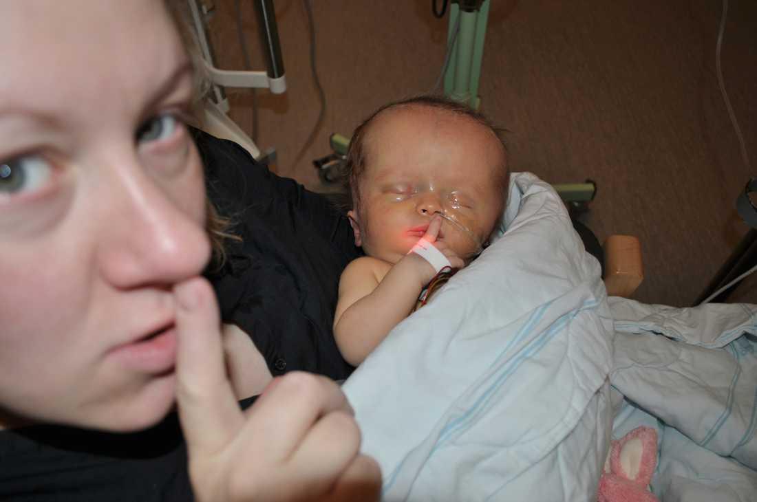 Elvira med mamma Annie  på sjukhuset när hon var nyfödd och nära att dö efter en hjärnblödning i fosterlivet. Den gjorde henne svårt hjärnskadad och blind.