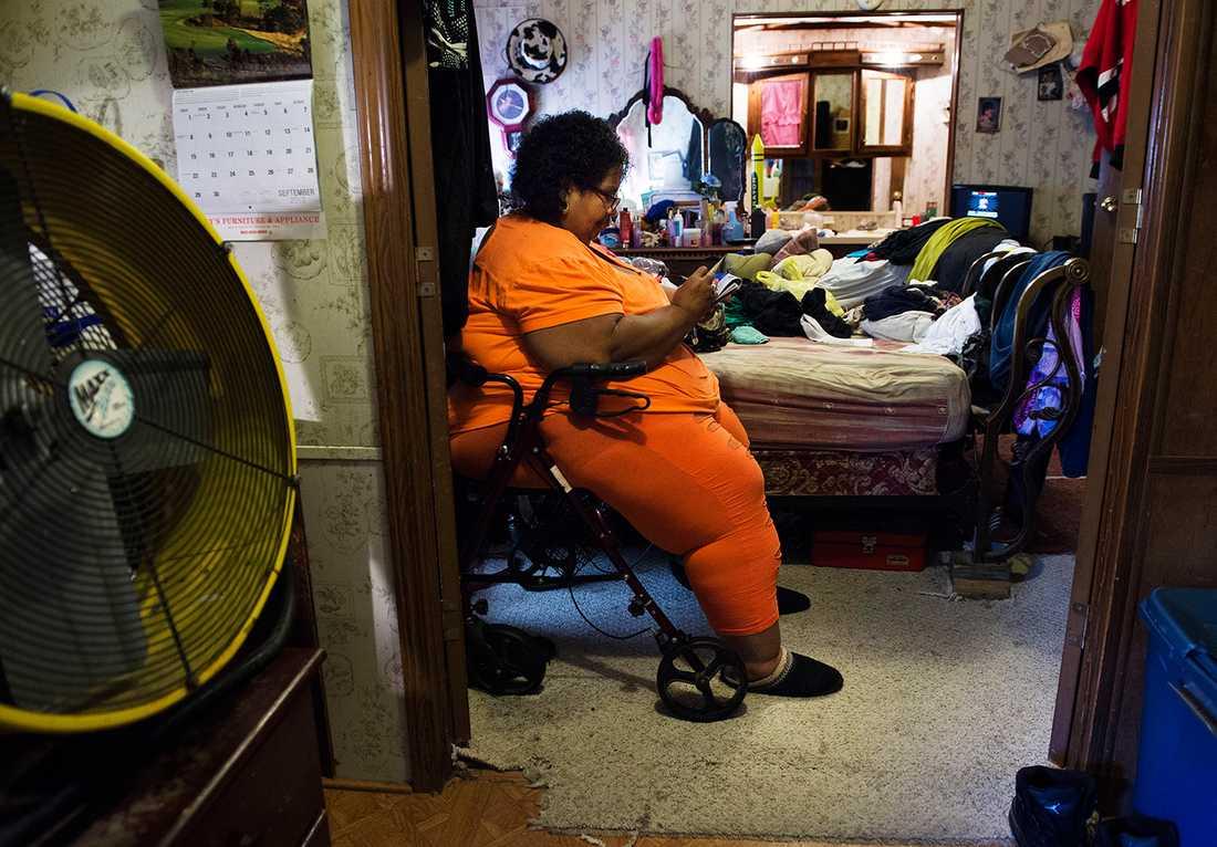 Smärtorna i ena fotsulan är fruktansvärda. Därför blir Sandra mest sittande hemma på rullatorn.