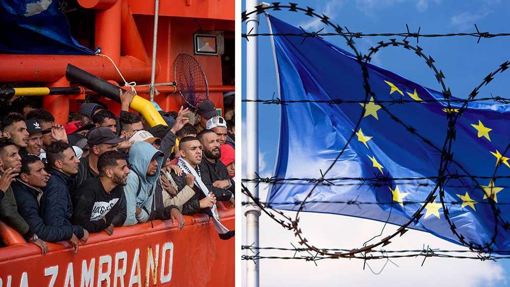 Ett bildcollage bestående av två bilder. Den ena bilden föreställer EU-flaggen med taggtråd framför. Den andra med en samling män som står på en båt. Det är upprörd stämning.