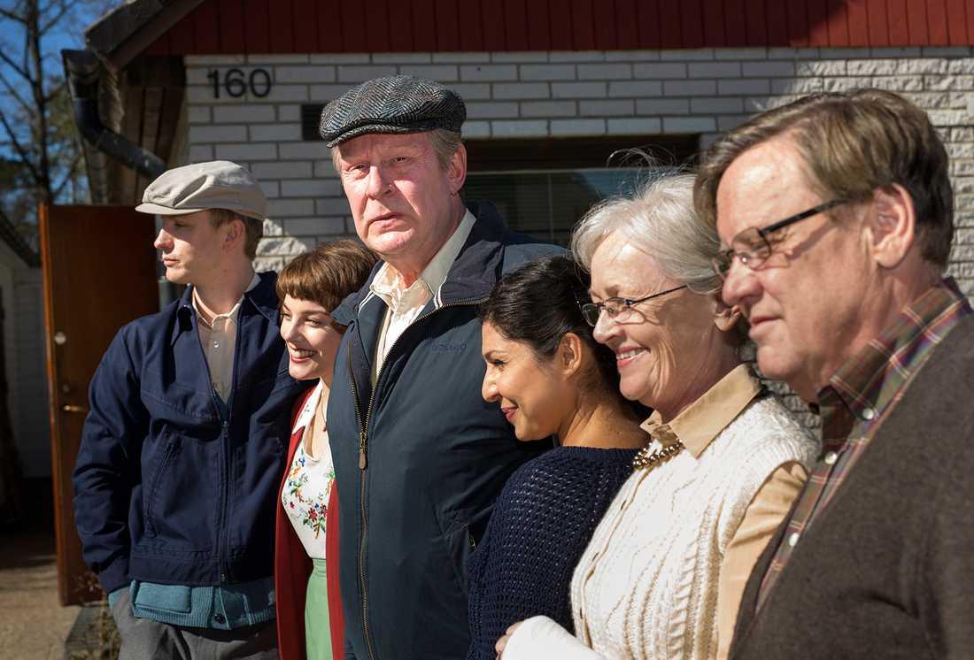 Skådespelarna, med Rolf Lassgård som Ove, står uppradade i bostadsområdet i utkanten av Trollhättan under inspelningen.