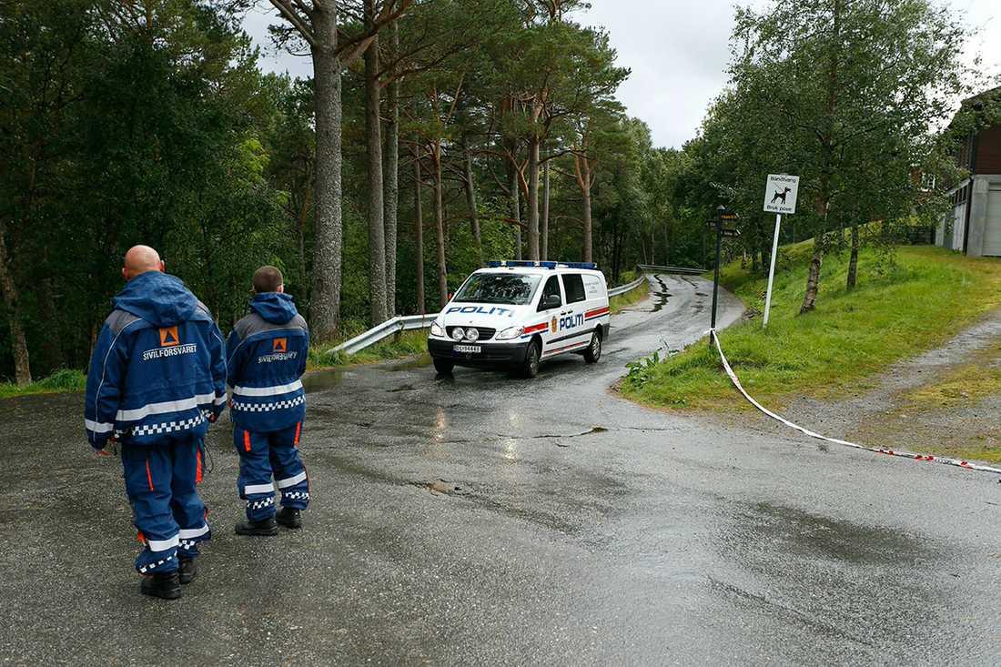 Polisbil på väg ut ur det avspärrade området udner sökaktionen efter Anja.