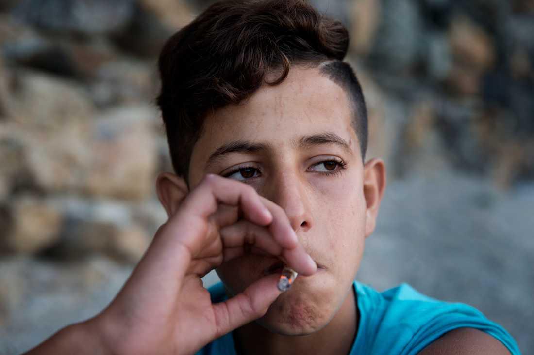 Yassin, 14 sover på stranden i Ceuta. Hans högsta dröm är att ta sig till Europa. På dagarna hänger han med sina kompisar och röker på.