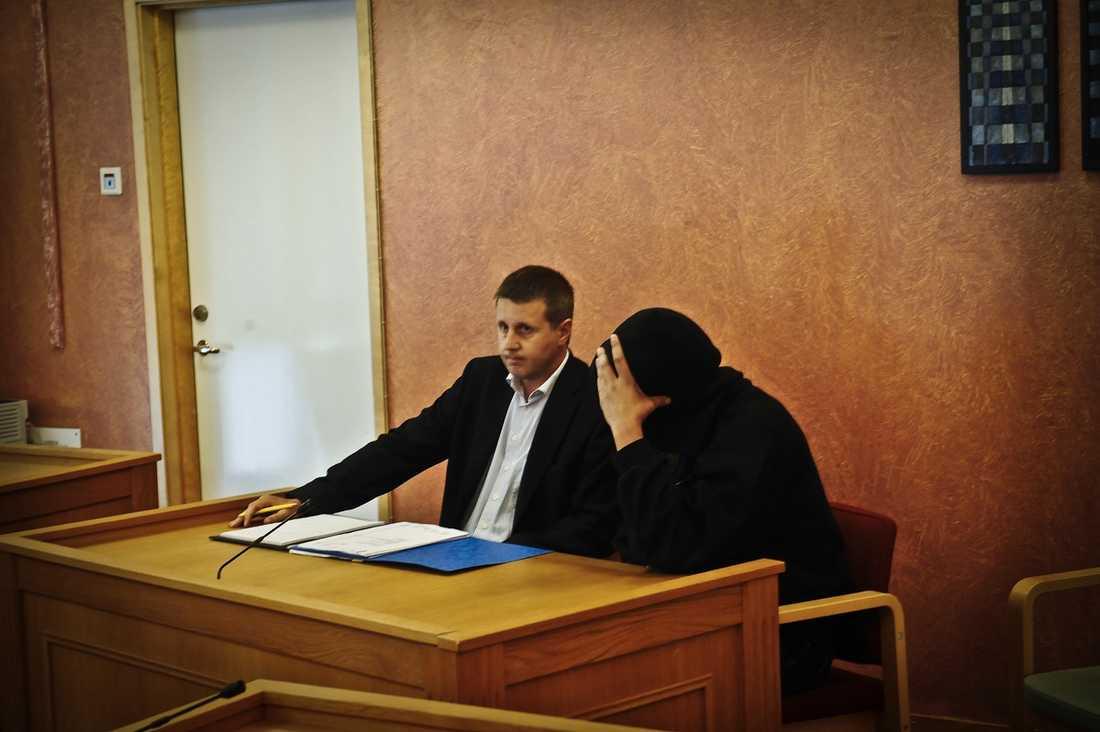 Den misstänkte 38-åringen, här med sin försvarare under rättegången, är lättad efter att ha släppts från häktet.