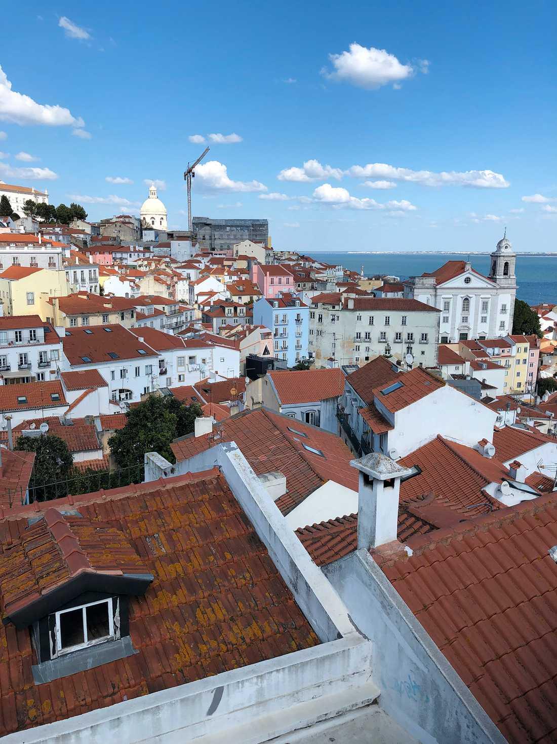 Vy över Graça/Alfama i Lissabon.