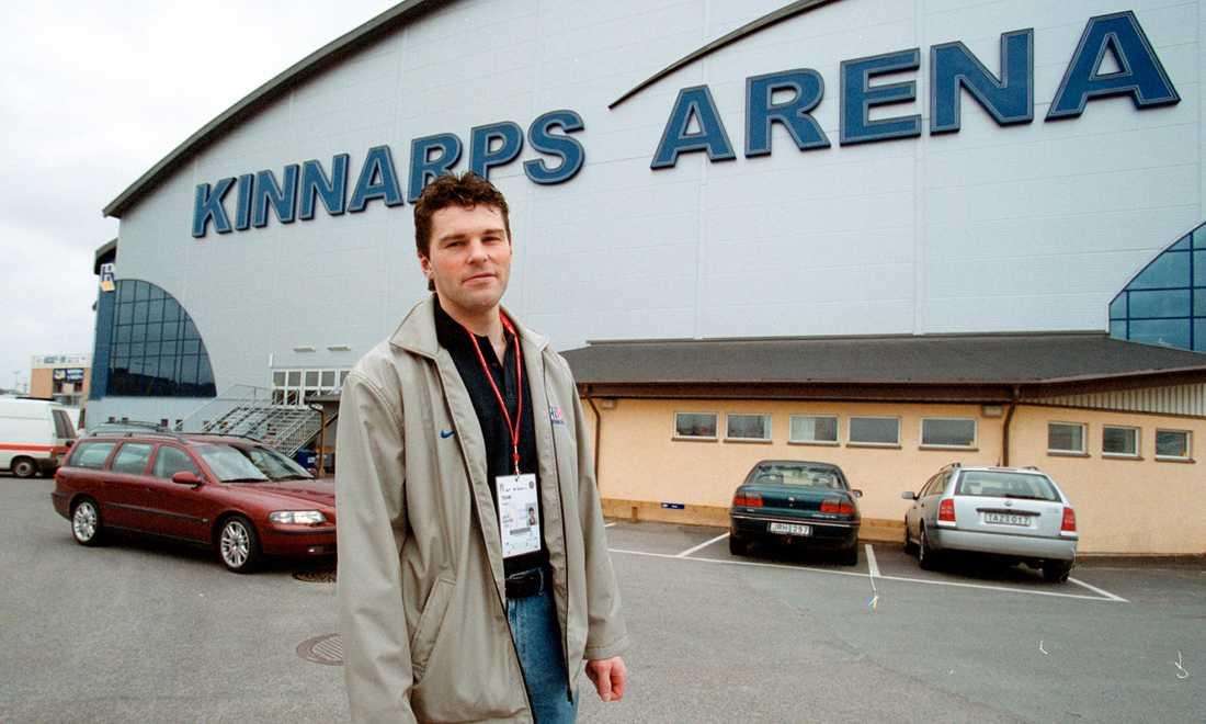 Jagr utanför HV 71:s hemmaborg Kinnarps Arena 25 april 2002 inför VM i Sverige.