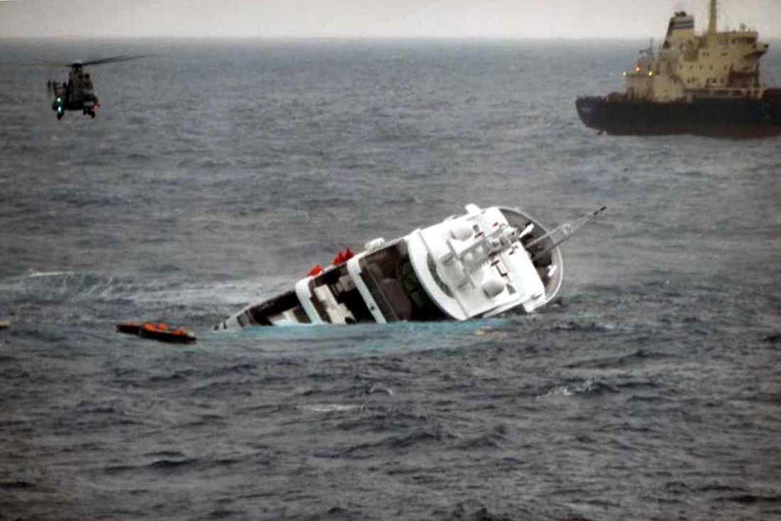 Lyxyachten började kantra utanför den grekiska ön Skyros.