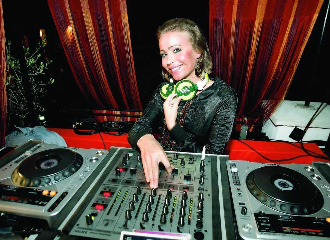 """Mångsysslaren Sara jobbar som sångerska, dj och är även författare till boken """"Från groda till prins""""."""