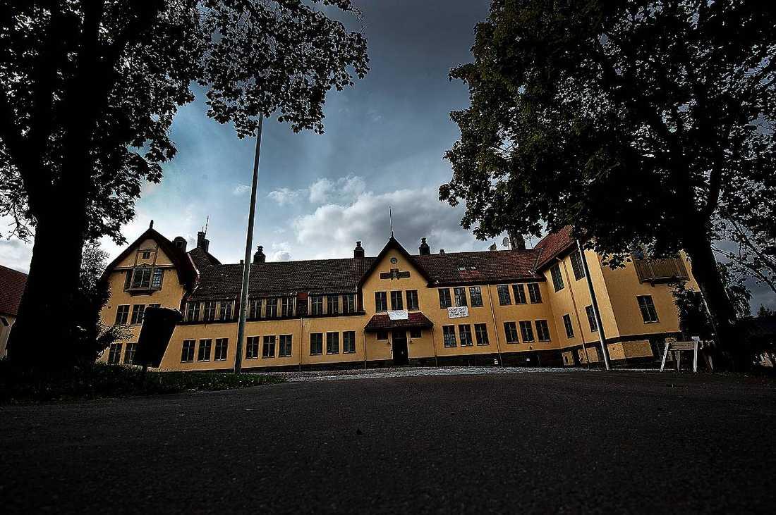 Ny skandalRiksinternatet Lundsberg, som den senaste tiden har varit i blåsväder flera gånger, drabbades i går av en ny skandal. En grupp elever kastades ut från Östgötateatern - mitt under en föreställning - eftersom att de var berusade.