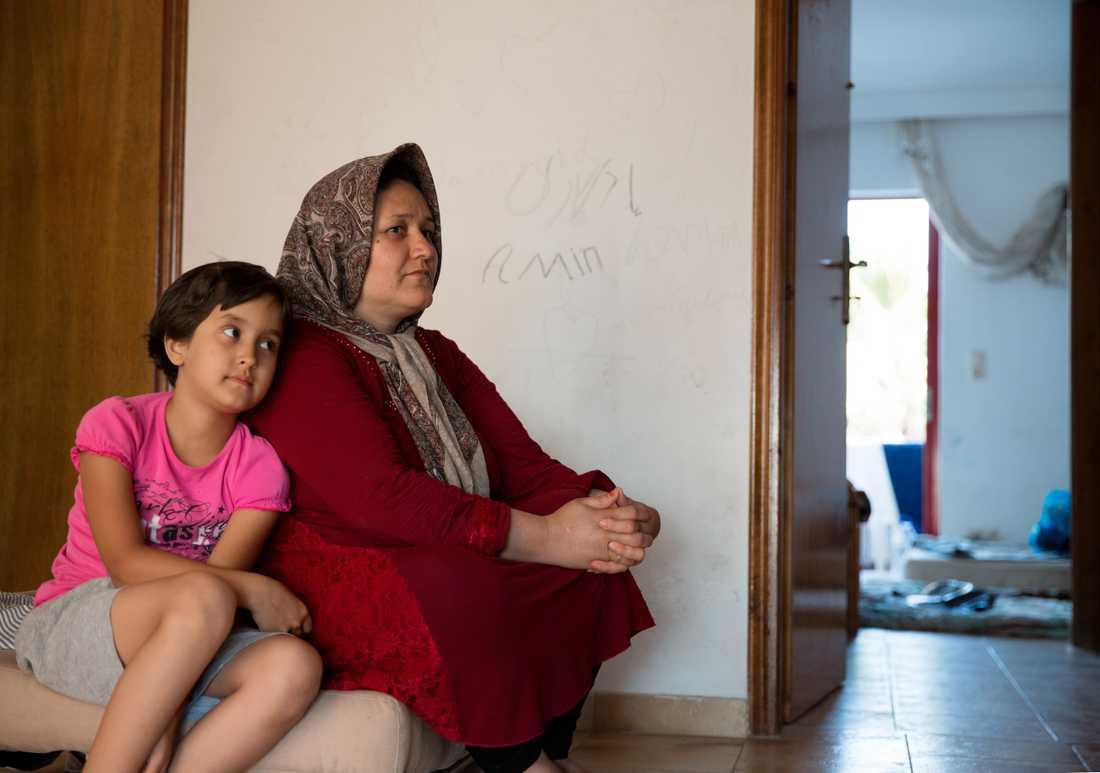Båtflyktingar på Kos hamnar på Hotel Captain Elias. Fatema, 45, med sin dotter Zohra, 7, från Afganistan.