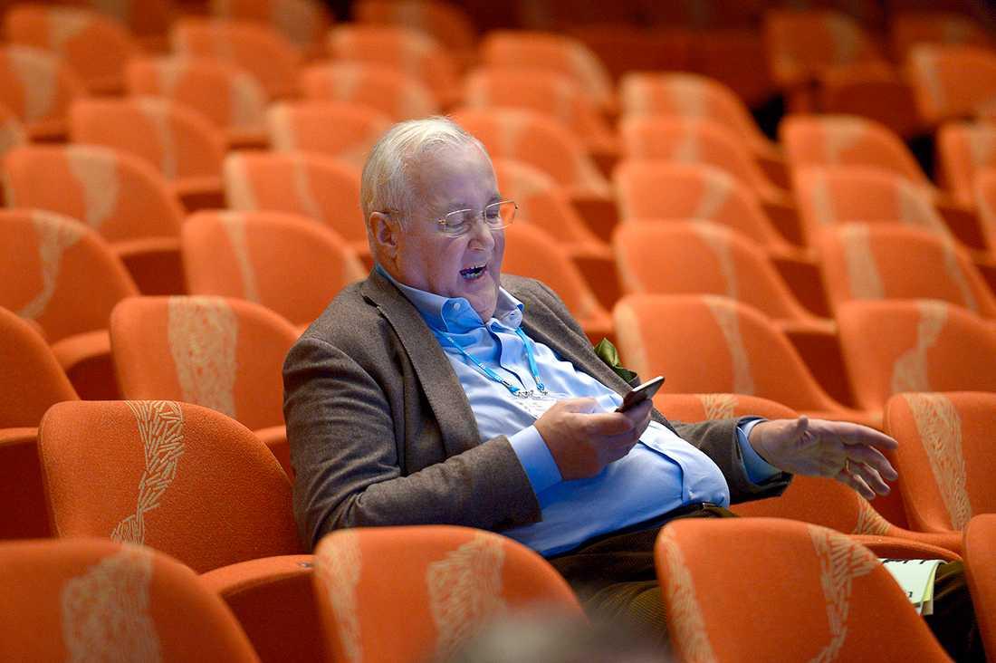 Det är långa och ibland tröttsamma förhandlingar på partistämmor. Sten Nordin, 59, tidigare finansborgarråd i Stockholms stad (M), slappnade av i en paus.