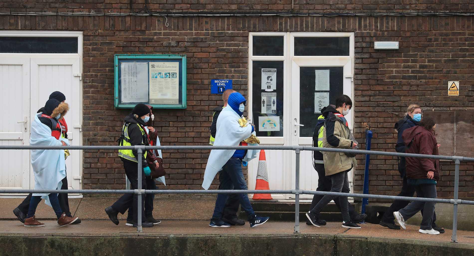 En grupp migranter eskorteras av brittisk gränspolis efter att ha korsat Engelska kanalen. Arkivbild.