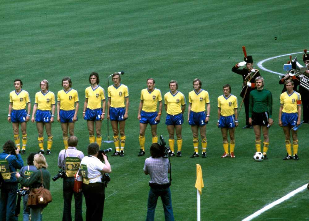 Det svenska fotbollslandslagets startelva lyssnar på nationalsången innan gruppspelsmatchen mot Bulgarien vid Fotbolls-VM 1974 i Västtyskland. Ralf Edström är fyra från vänster.