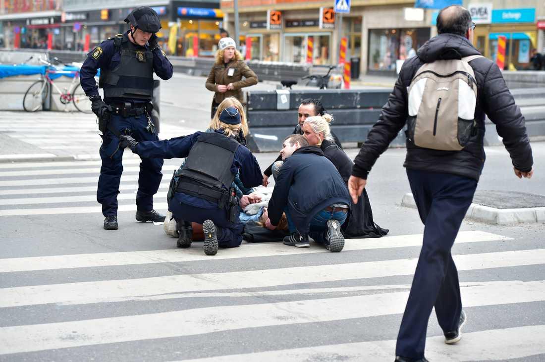 Ett av offren för attacken får hjälp på Drottninggatan.