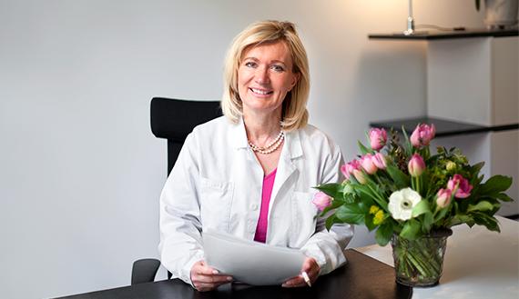Men hudläkaren Margareta Frohm-Nilsson kritiserar kollegans solbränna.