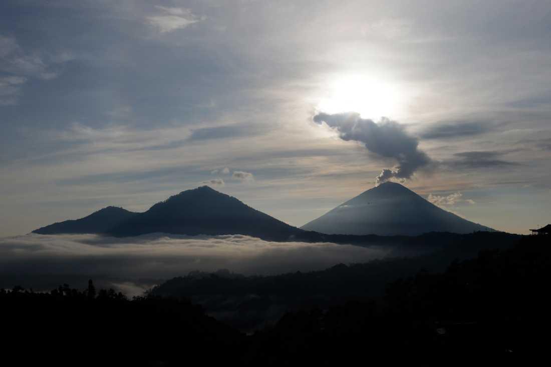 Rök från vulkanen Agung i december förra året.