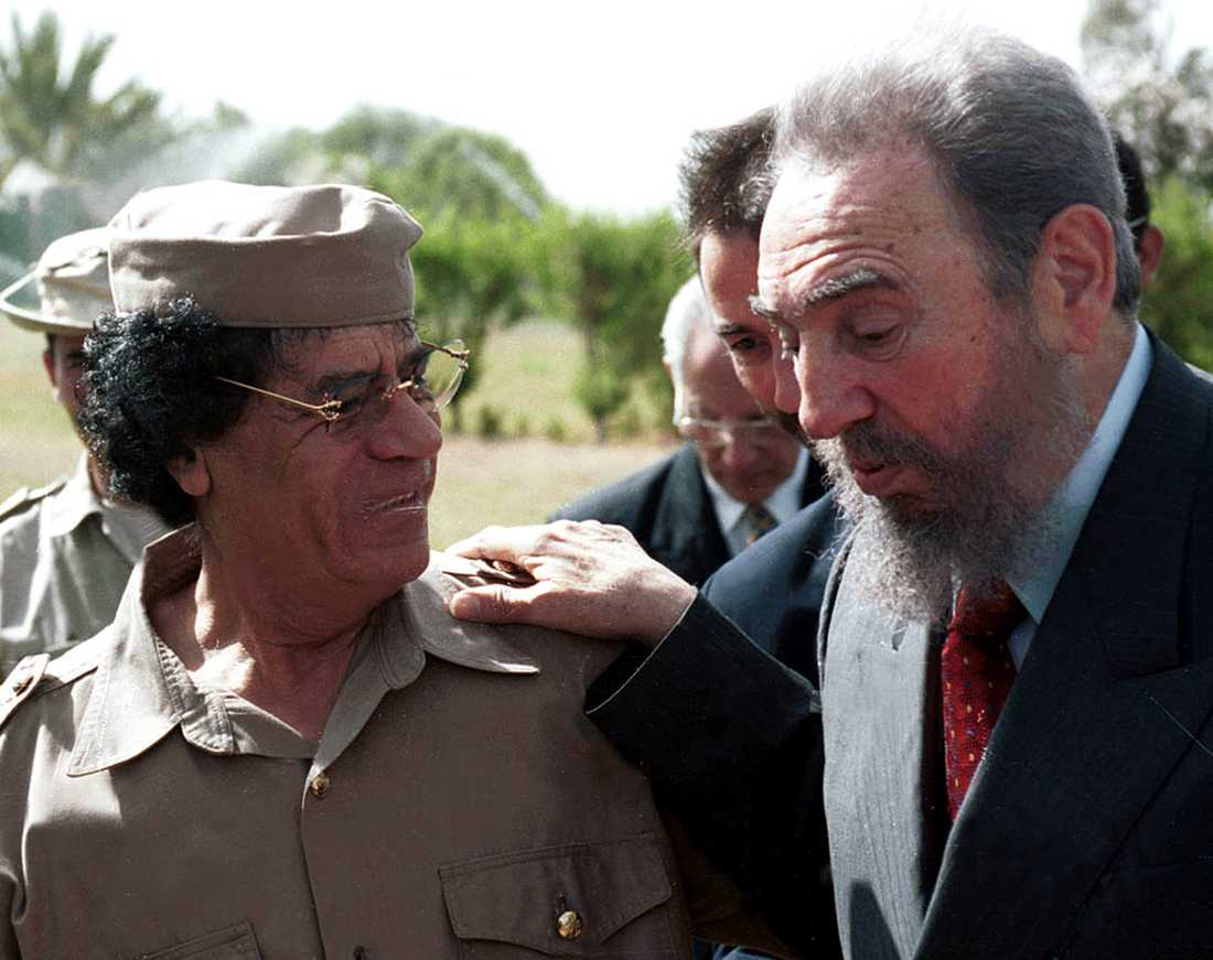 En i raden av ledare som träffat Gaddafi är Kubas president Fidel Castro. Duon möttes redan på 70-talet. Här är året 2001.