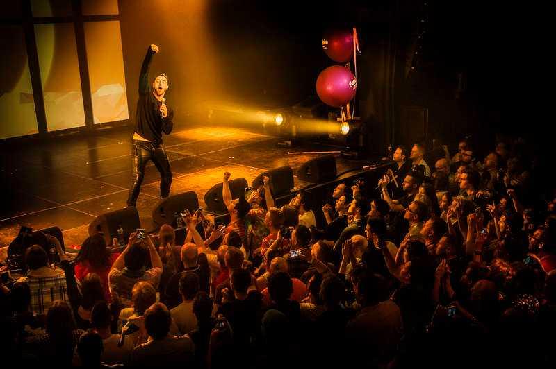 """Måns Zelmerlöw fick med sig den kräsna publiken direkt när han framförde """"Heroes"""" på Eurovisiongalan i Amsterdam. """"Det kändes mäktigt"""", säger Måns som fruktade att han skulle bli utbuad."""