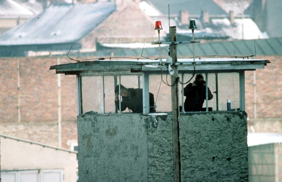 Gränsvakter i ett bevakningstorn vid Berlinmuren.