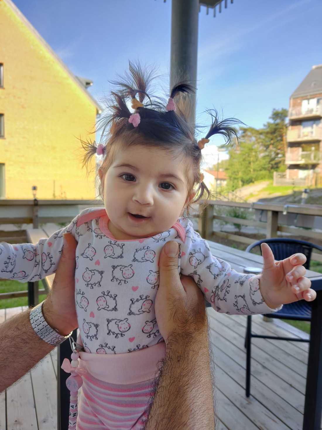 """Pappan Johan Yako från Göteborg: """"Vår dotter Marina Yako som är tre månader gammal""""."""