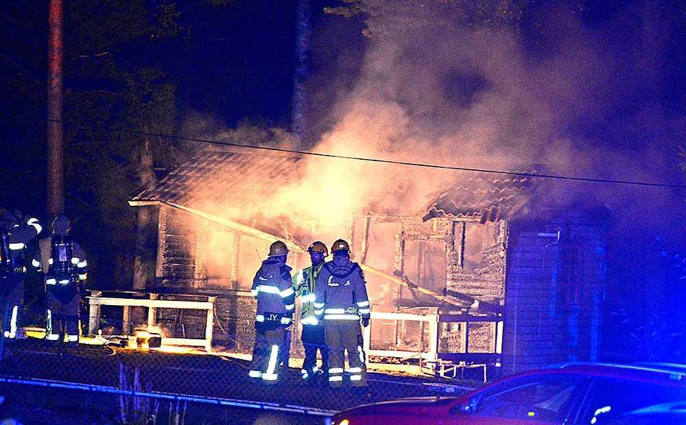 Fritidshuset på Dalarö söder om Stockholm var övertänt när räddningstjänsten kom fram.