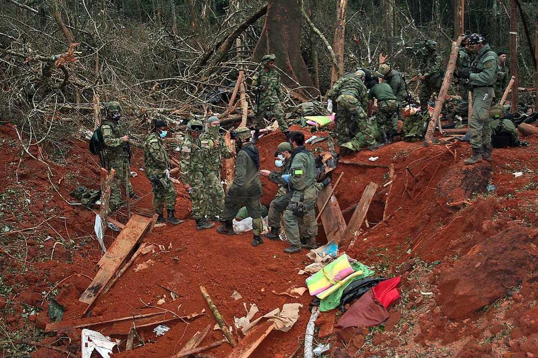 FARC:S DJUNGELLÄGER Farc-gerillan heter Fuerzas Armadas Revolucionarias de Colombia, översatt Colombias väpnade revolutionära styrkor. Här inspekterar polis och militär djungellägret där rebelledaren Jorge Briceno dödades i höstas.