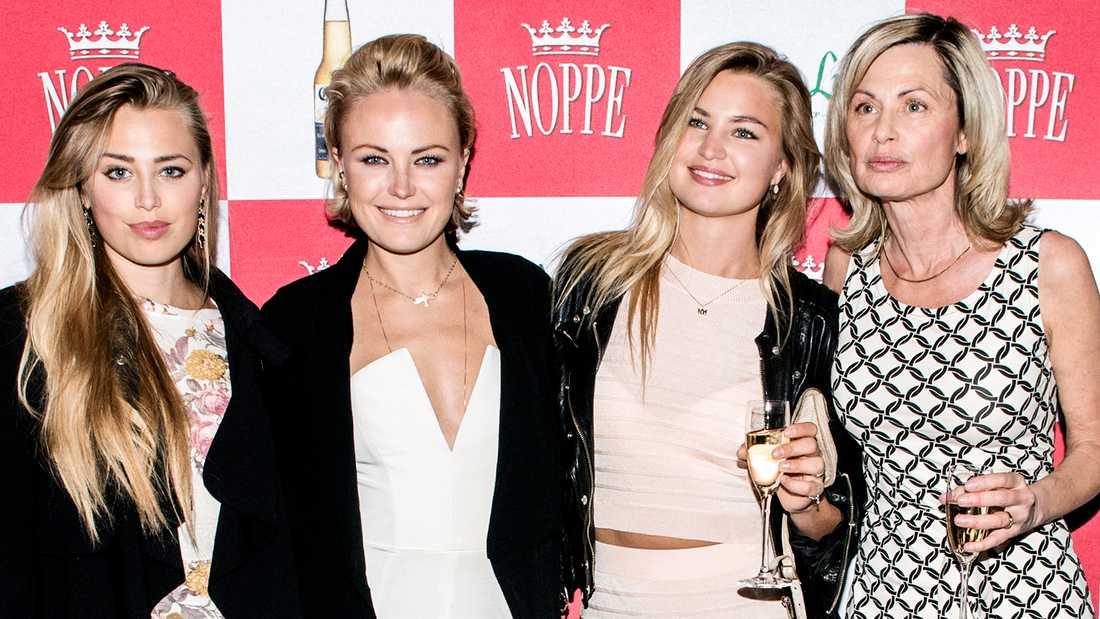 Systrarna Mikaela (journalist), Malin (skådespelare) och Jennifer Åkerman vimlar ihop med mamma Vera.
