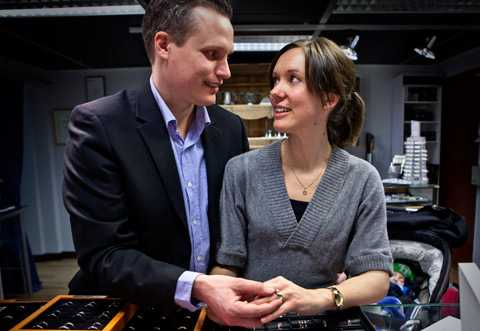 STORT BESLUT Daniel Andersson och Victoria Ohlsson väljer ring. Ett stort beslut – den ska ju sitta på fingret ett tag...