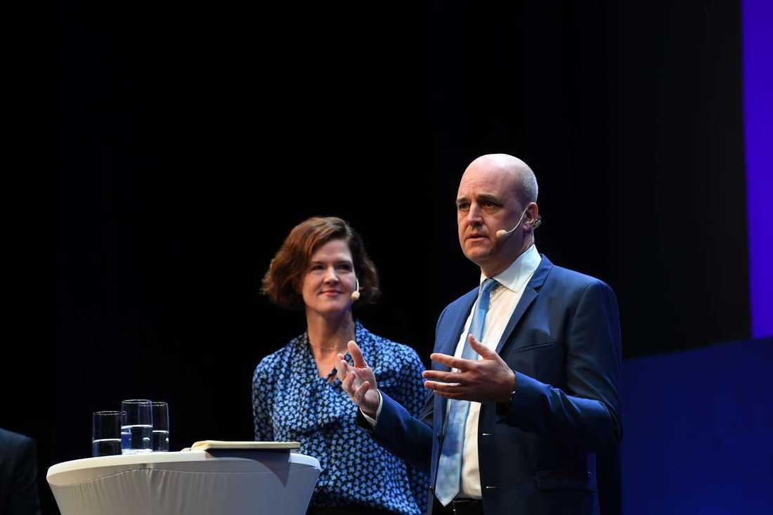 Anna Kinberg Batra och Fredrik Reinfeldt på scen på M-kongressen.