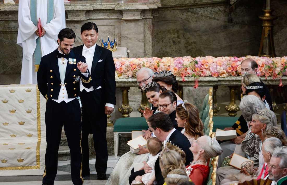 Jan-Åke Hansson, prins Carl Philips bästa vän som var bestman på prinsparets bröllop, är en av prins Alexanders faddrar.
