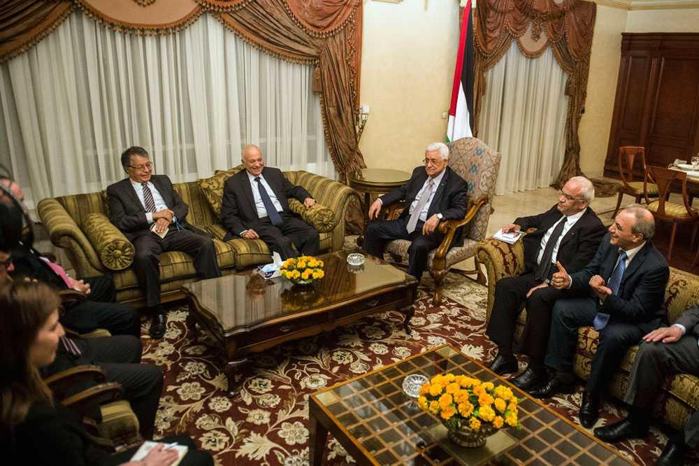 Flera länder försöker medla fred mellan Israel och Hamas. Benjamin Netanyahu accepterar Egyptens förslag om en vapenvila, men Hamas avvisar överenskommelsen och kräver ytterligare förhandlingar.