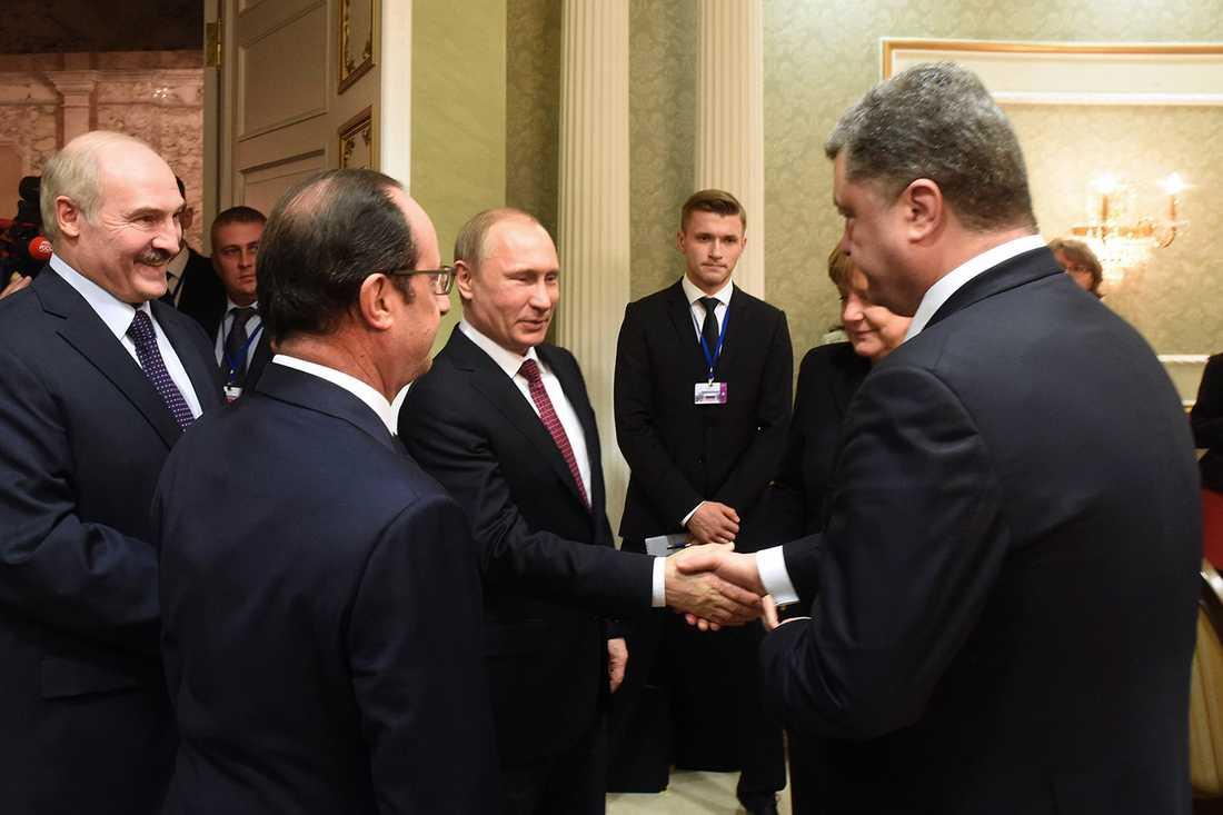 Putin skakar hand med Ukrainas president Petro Porosjenko.