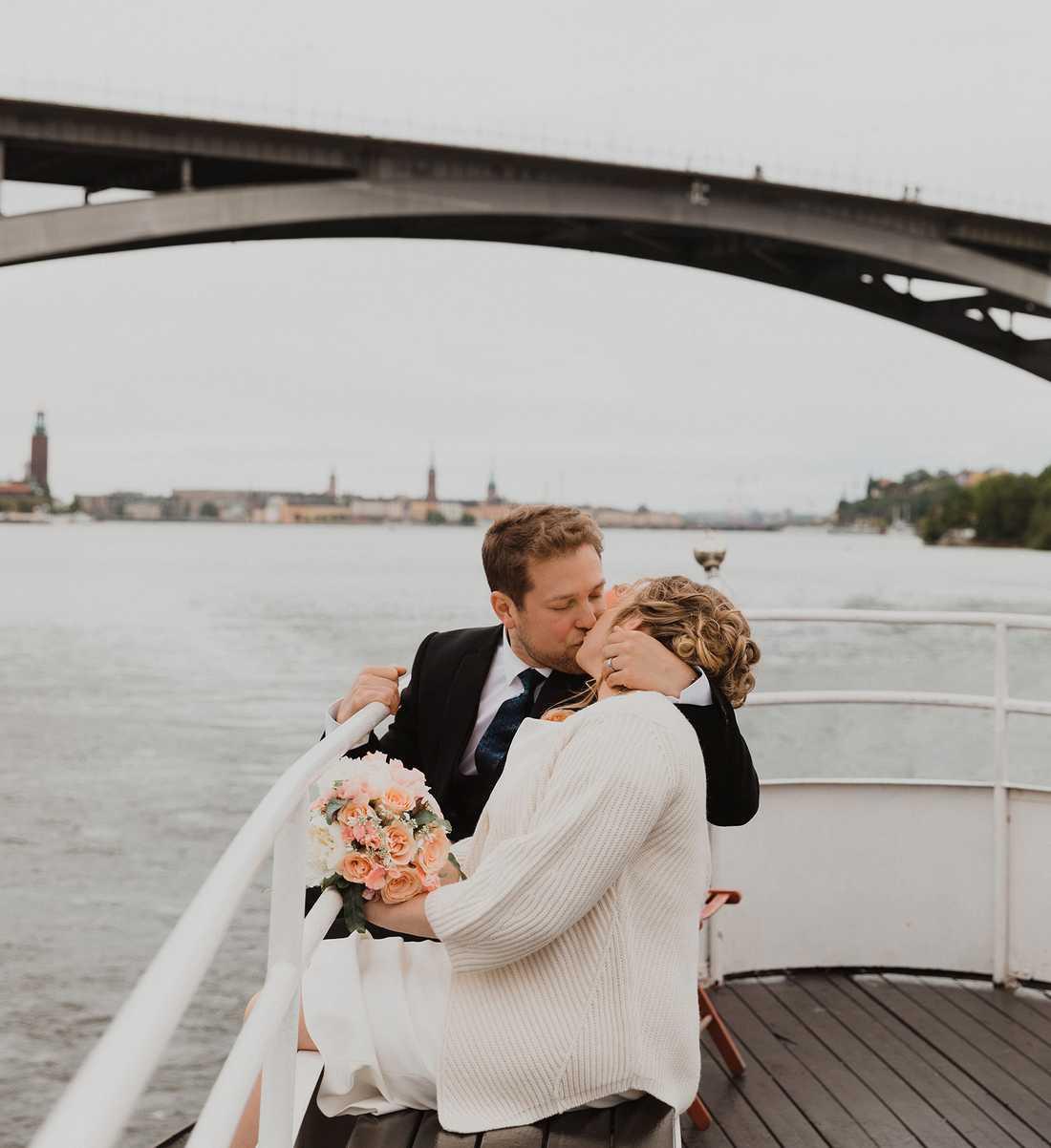 Efter vigseln i Stockholms stadshus (i bakgrunden) tog sid bröllopsparet en båttur på Riddarfjärden och under Västerbron.