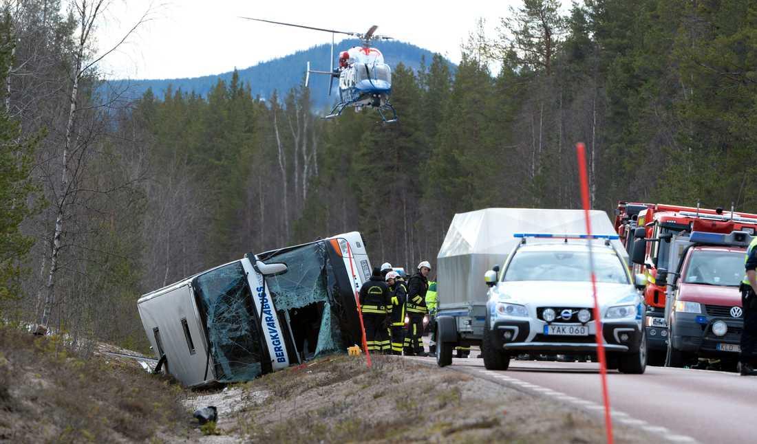 Räddningstjänst, polis och ambulans vid olycksplatsen nära Sveg, där en buss på skidresa välte en morgon i början av april 2017. Tre personer omkom och 38 skadades. Arkivbild.