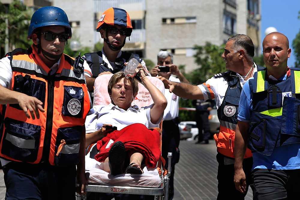 Raketer från Gaza träffar en lägenhet i staden Ashkelon i Israel. Hittills har tre civila israeler och 33 soldater dött.