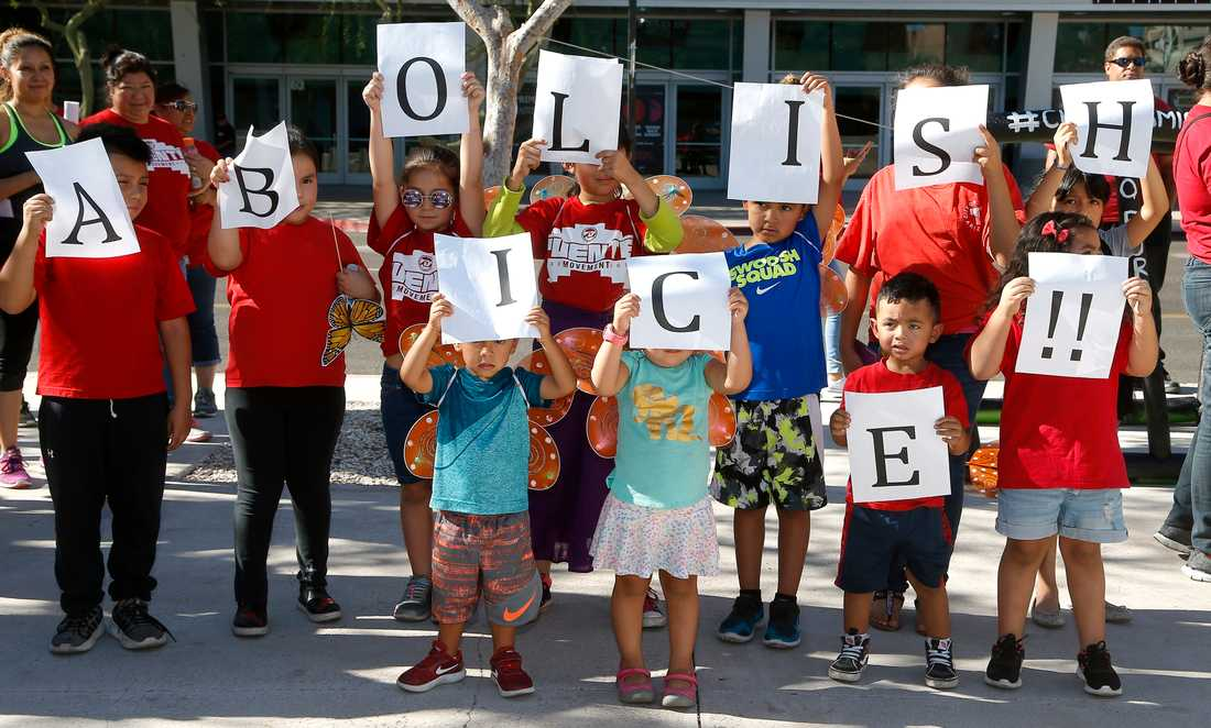 Protester mot Vita husets tuffa invandringspolitik i Phoenix, Arizona.