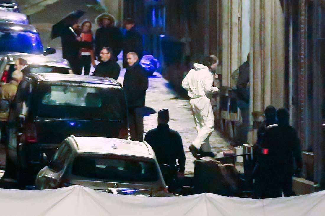 Polisens tekniker arbetar på platsen.
