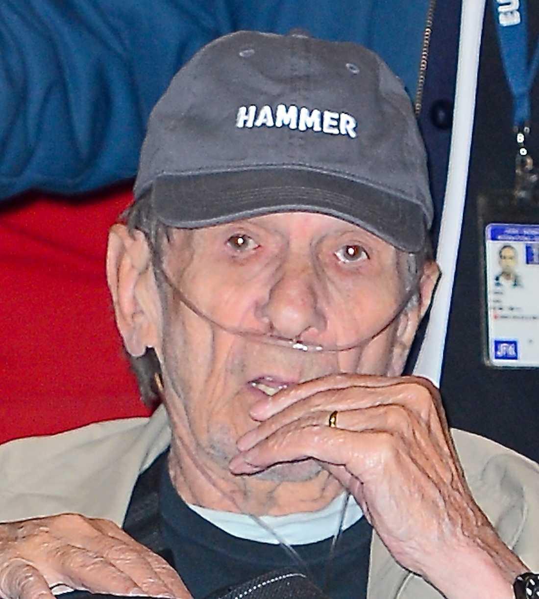 """Leonard Nimoy slutade röka för 30 år sedan – men har trots det drabbats av så kallad """"röklunga""""."""