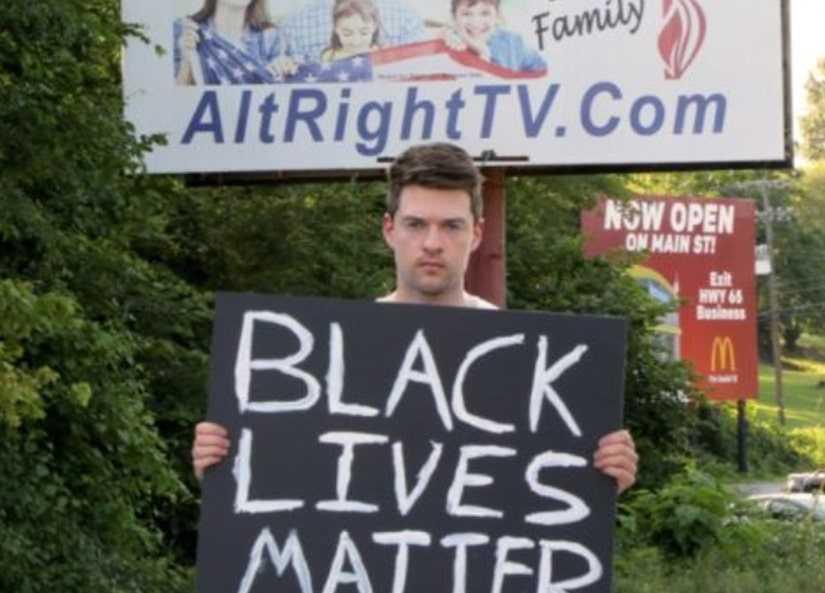 """Rob Bliss, 31, åkte till """"USA:s mest rasistiska stad"""" och höll upp en Black lives matter-skylt."""