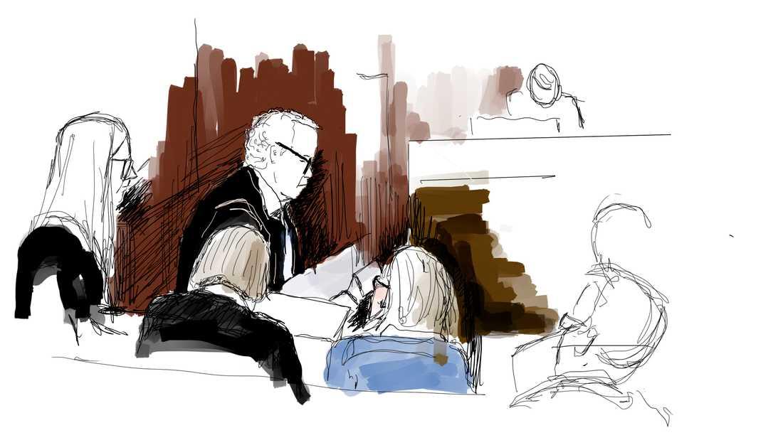 Åklagaren Martin Tidén (till vänster) och mamman till Eric Torell i svart tröja, med ryggen emot. Avbildade under förhandlingens första dag i tisdags.