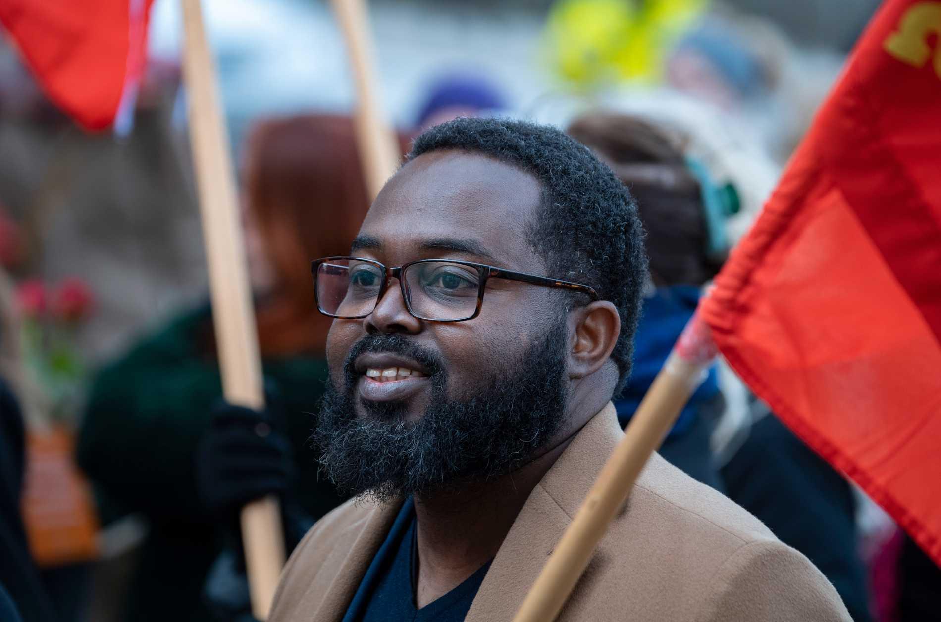 Momodou Malcolm Jallow i Vänsterpartiets demonstrationståg.