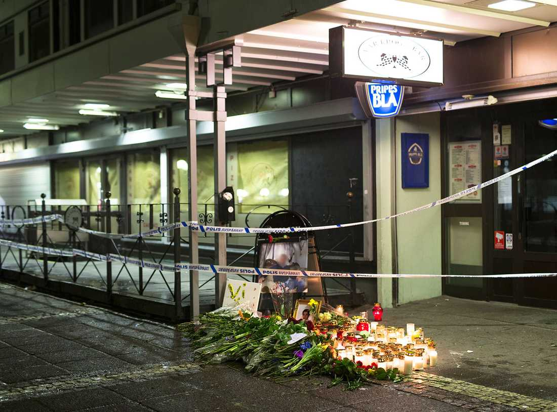 Blommor och ljus för att minnas och hedra offren.