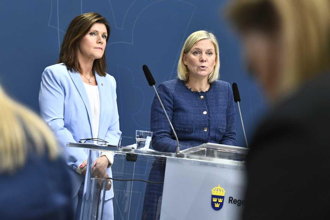 Arbetsmarknadsminister Eva Nordmark (S) och finansminister Magdalena Andersson (S) håller pressträff för att presentera budgetnyhet om insatser för att få fler i arbete.
