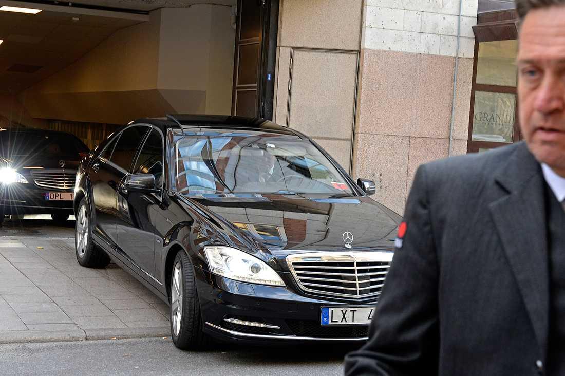 Här lämnar rockrävarna sitt hotell i exklusiva Mercedes S-klass.