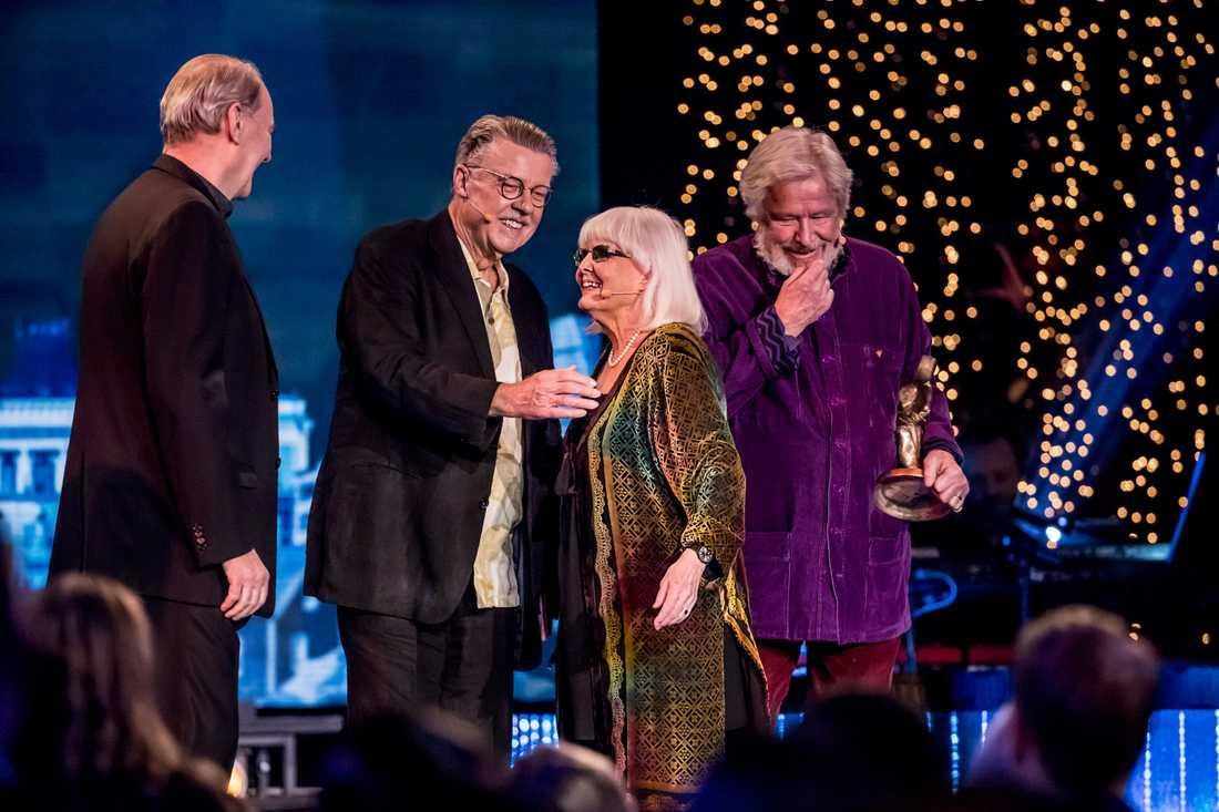 Anita D'Orazio överraskades på scenen av sina största idoler Björn Granath, Mikael Wiehe och Sven Wollter.