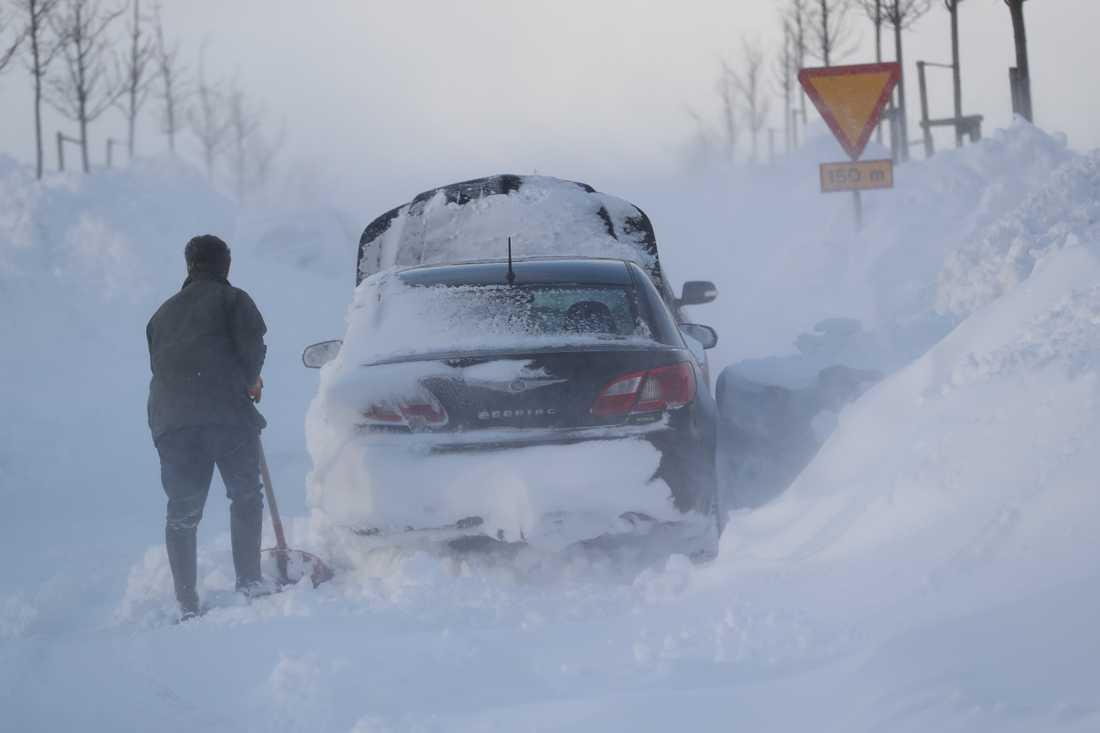 2018-02-28 En man skottar fram sin bil utanför Ystad.