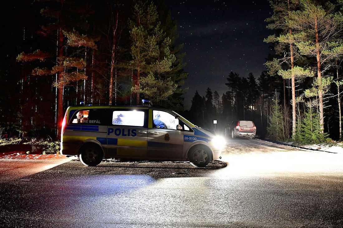 Polisinsats i jakten på den misstänkta dubbelmördaren under natten till fredag.